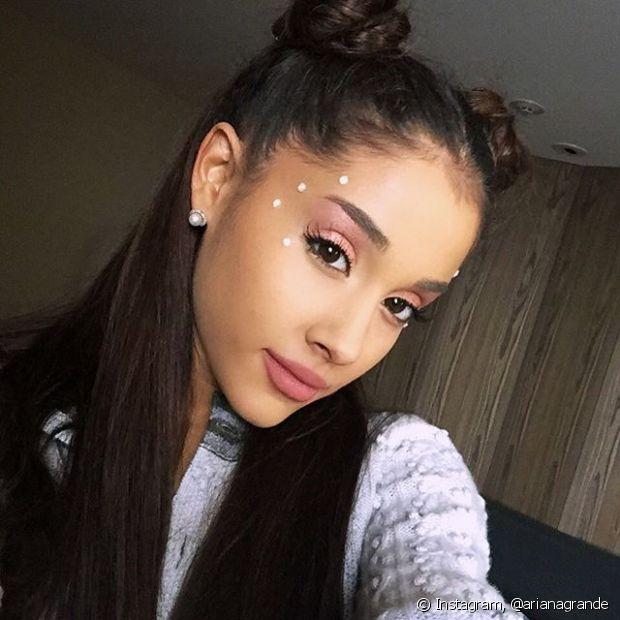 Ariana Grande adora usar os coques duplos com parte dos cabelos soltos, inspirada no penteado da personagem Sailor Moon