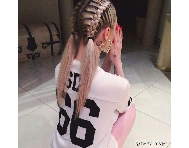 Você pode trançar o cabelo até à nuca, prender com um elástico e deixar o resto do comprimento solto, por exemplo, como se fosse uma maria chiquinha