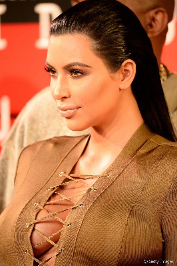 Kim Kardashian já usou o wet hair com fios soltos e rabo de cavalo baixo