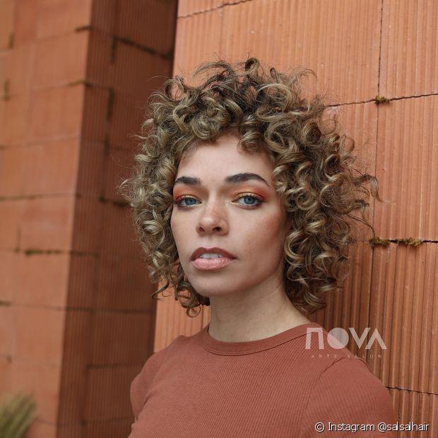 A franja curta garante um visual retrô e é tendência para todos os tipos de cabelo (Foto: Instagram @salsalhair