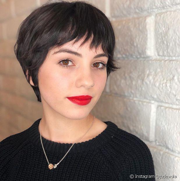 A franja curta cai bem nos cortes de cabelo feminino curtos (Foto: Instagram @judeviola)