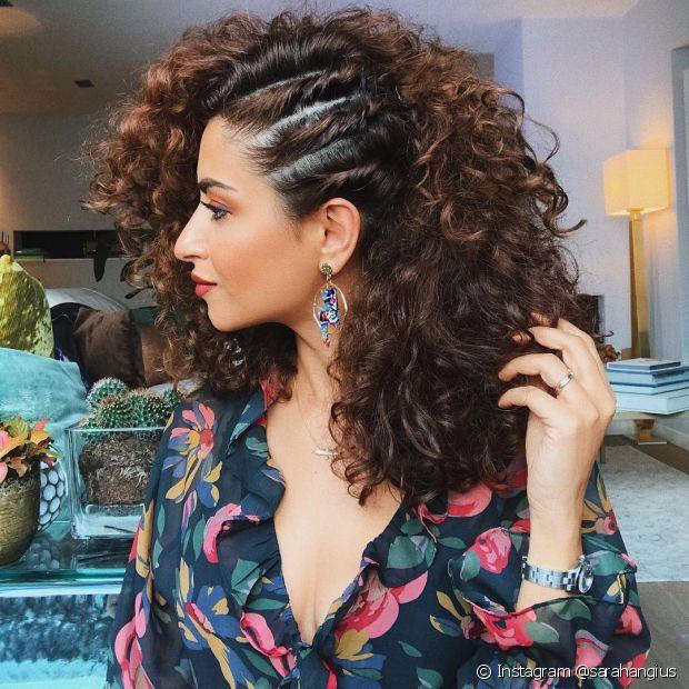 Para dar um charme extra, você também pode apostar no penteado lateral com mechas torcidinhas. (Foto: Instagram @sarahangius)