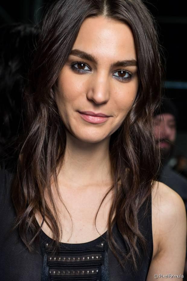 O cabelo divido ao meio pode valorizar um pouco as meninas que possuem rosto muito redondo, muito quadrado ou triangular