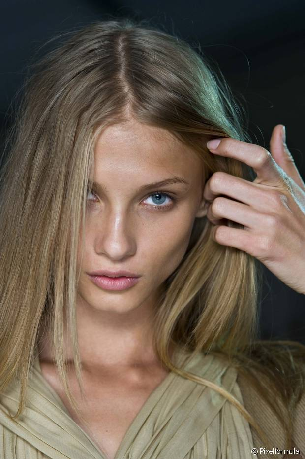 Apesar da risca central estar na moda, ela não orna com o visual de todas as mulheres. Se o cabelo for liso e escorrido, por exemplo, corre o risco de você ficar com um ar muito infantil