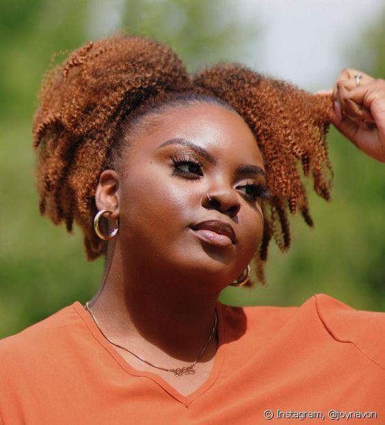 Apostar no cabelo crespo ruivo é uma ótima forma de sair do básico (Foto: Instagram @joynavon)