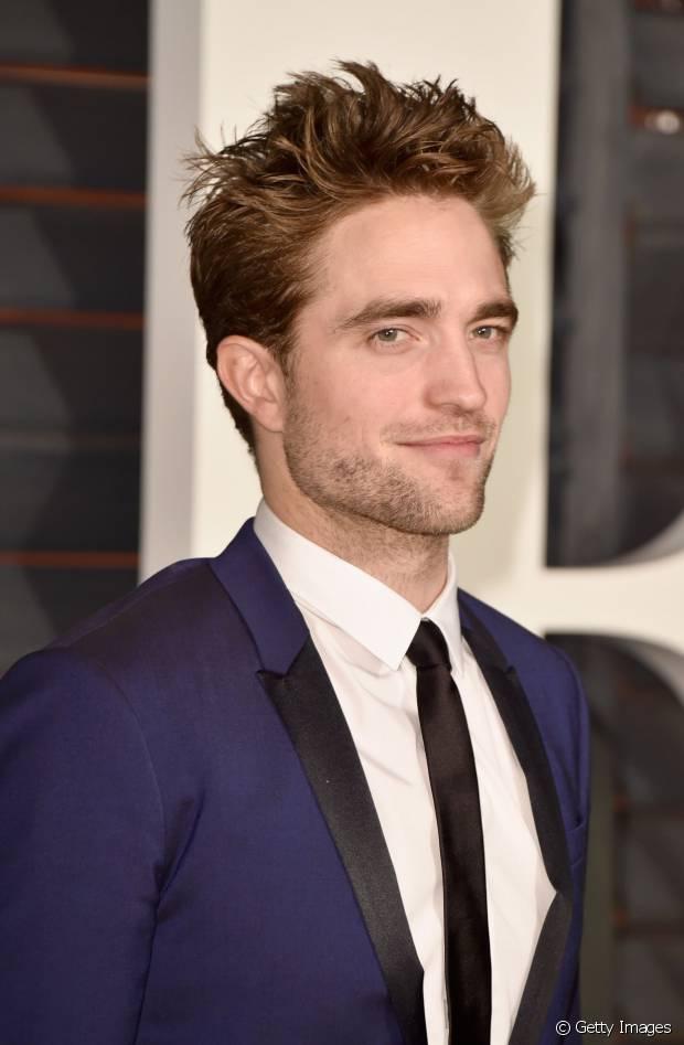 Robert Pattinson usa um topete alto com cabelos desfiados e modelados com cera