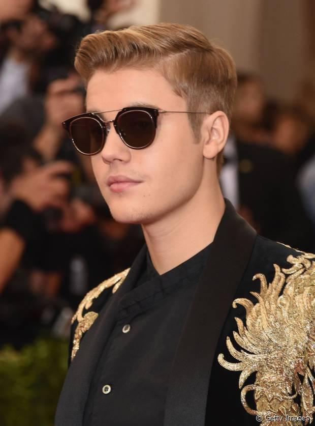 O cantor Justin Bieber também aderiu à moda com topete alto e finalizado com pomada