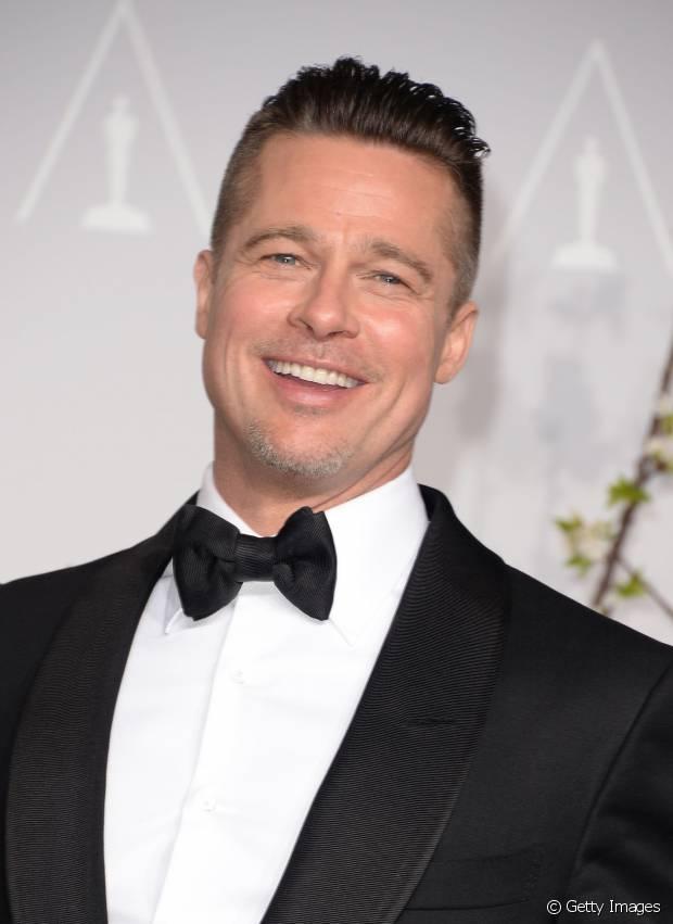 Brad Pitt, quando ainda usava os cabelos mais curtos, arrumava os undercut com fios penteados para trás