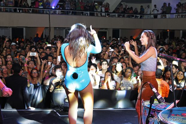 Marcela Marques se divertiu ao lado de Anitta no ensaio do Bloco das Poderosas