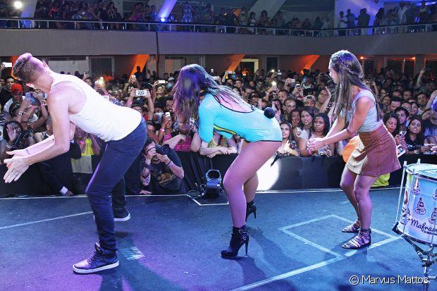 Marcela Marques dançou 'Bang' com Anitta no palco, no último ensaio do Bloco das Poderosas