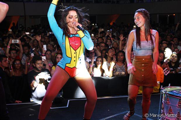 Marcela Marques faz a coreografia de 'Bang' ao lado de Anitta