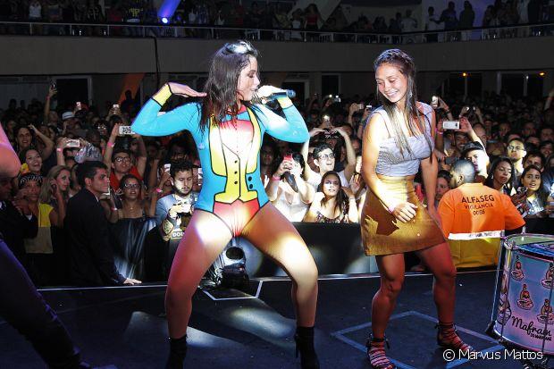 Marcela Marques se diverte ao lado de Anitta no ensaio do Bloco das Poderosas