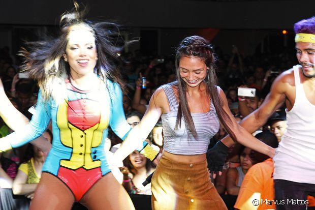 Marcela Marques foi escolhida por Anitta para dançar 'Bang' no palco após fazer um penteado estiloso no stand Fique Diva