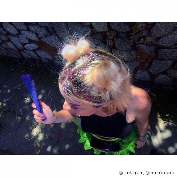 O glitter tomou conta do coque duplo, o penteado que é tendência entre cantoras pops e adolescentes americanas
