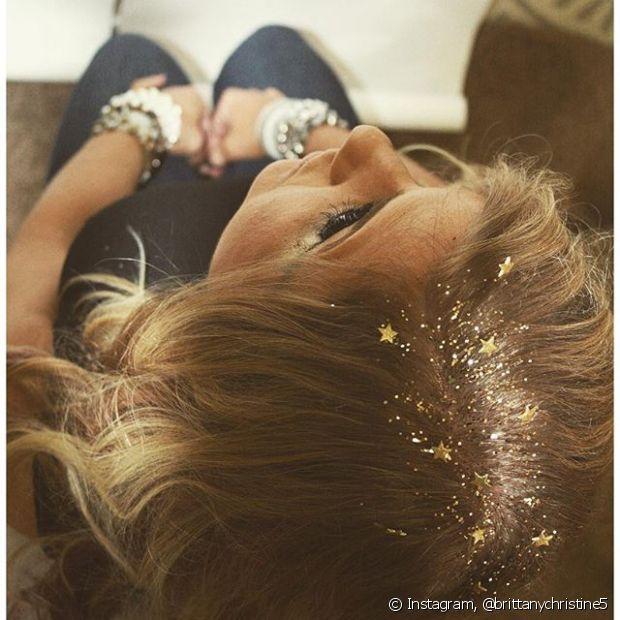 Economize na fantasia e se jogue na tendência do glitter roots!