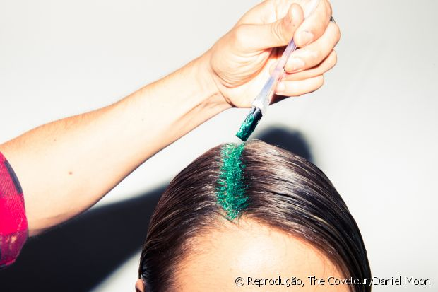 A novidade para colorir os cabelos é versátil e pode ser aplicada nos fios soltos ou presos, no comprimento ou em alguma parte da raiz
