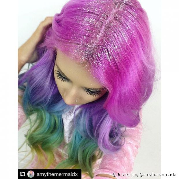 A técnica não tem mistério e é basicamente cobrir a risca de divisão do cabelo com muita purpurina
