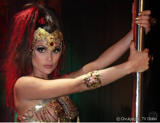 Flávia Alessandra interpretou a recatada Alzira, que a a noite virava dançarina de pole dance na bote, na novela 'Duas Caras' (2007). Para a personagem, a atriz coloriu os cabelos de castanho