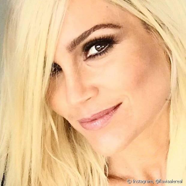 Flávia Alessandra está com o cabelo platinado pela primeira vez. A atriz coloriu os fios com o 12.11 (Louro Platinado), de Cor&Ton