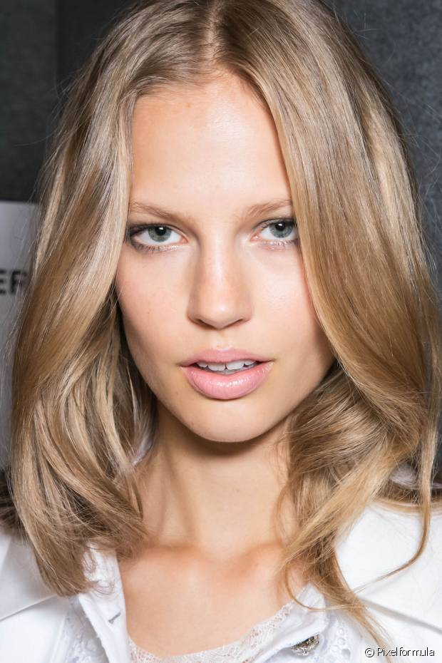 Os cuidados diários com as madeixas devem aumentar: além de usar produtos específicos para cabelos coloridos, você precisará hidratar os fios com mais frequência e sempre de olho se as pontas não estão ressecadas e precisando de uma reconstrução