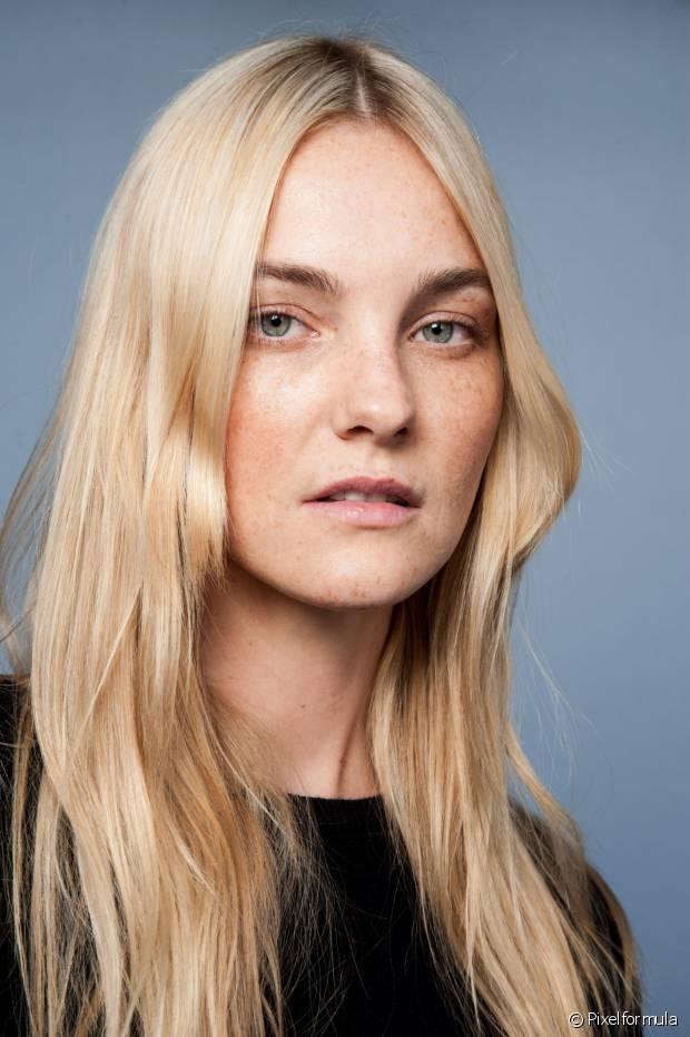 Pintar o cabelo de loiro é o desejo de muitas mulheres, mas será que você está preparada para essa transformação? Antes da decisão, é preciso avaliar a cor natural dos seus fios para saber até quantos tons é possível clarear e se precisará de uma descoloração antes