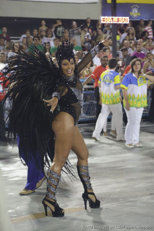 Juliana Alves intensifica exercicios físicos para fazer bonito na Sapucaí à frente da bateria da Unidos da Tijuca