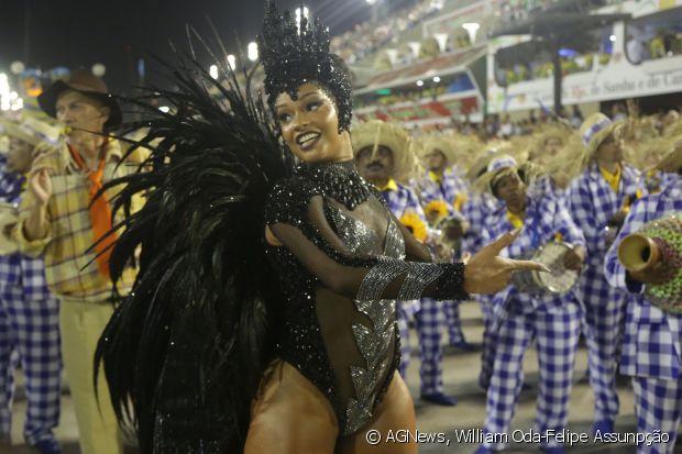 Juliana Alves desfila como rainha de bateria da Unidos da Tijuca pelo quarto ano consecutivo e arrasa na Avenida com fantasia de vespa avaliada em R$ 60 mil