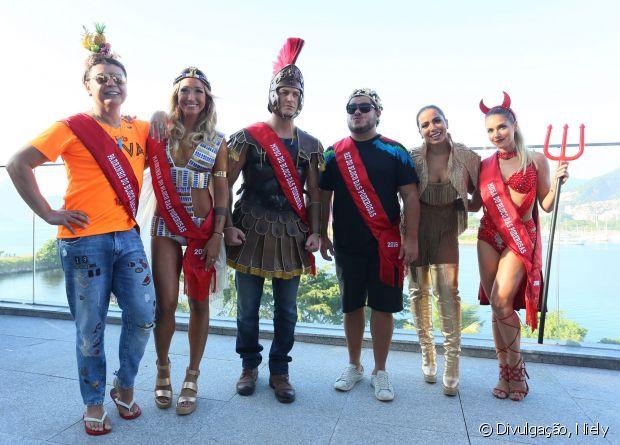 Anitta posa com os convidados do seu bloco: David Brazil, Gabriela Pugliesi, Klebber Toledo, Marcus Majella e Monique Alfradique