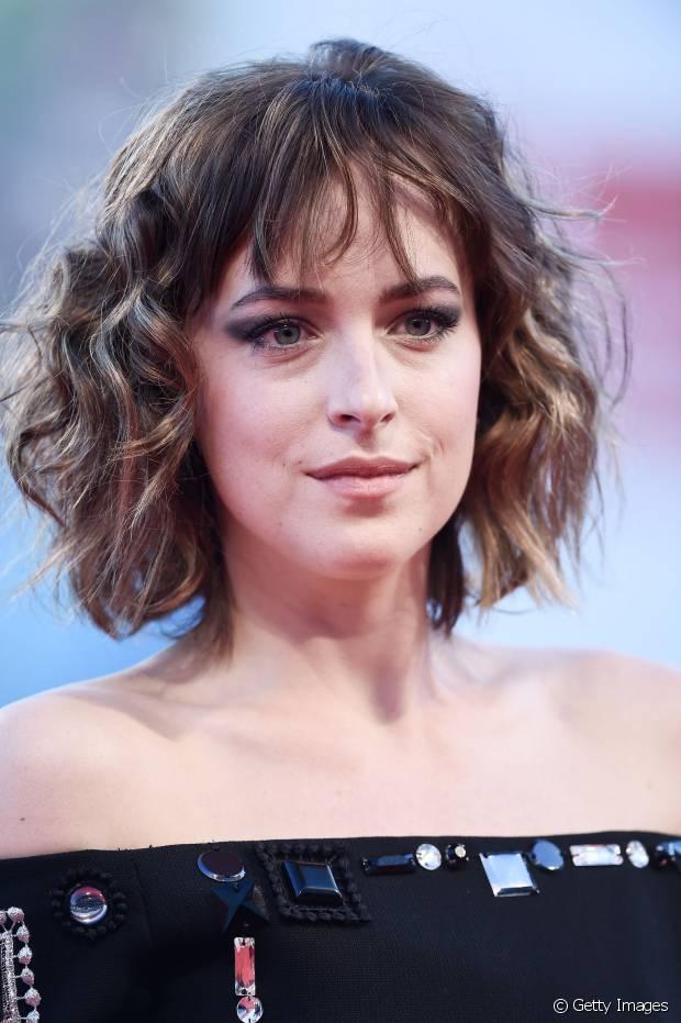 Com uma franja desfiada e bagunçadinha, a atriz Dakota Johnson aderiu ao corte de cabelo swag, nossa aposta para 2016