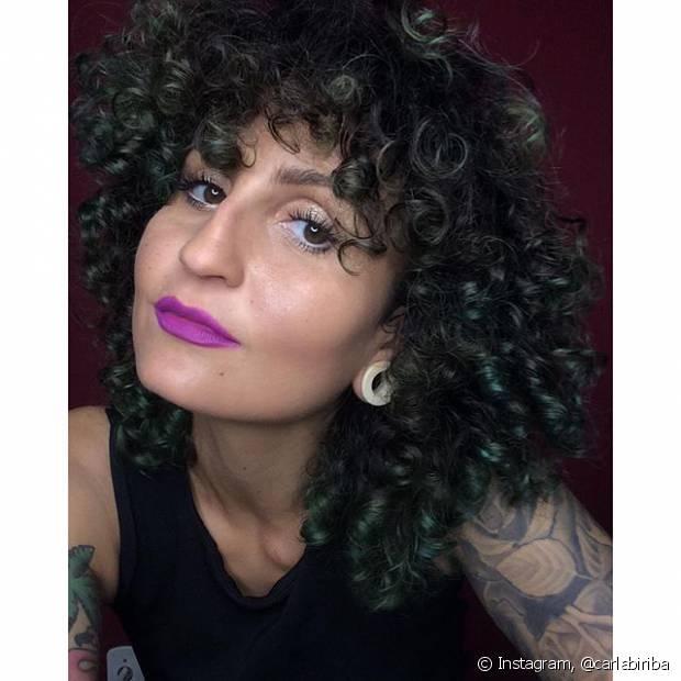 A maquiadora Carla Biriba tem cabelos totalmente cacheados e usa um swag hair com franja enroladinha