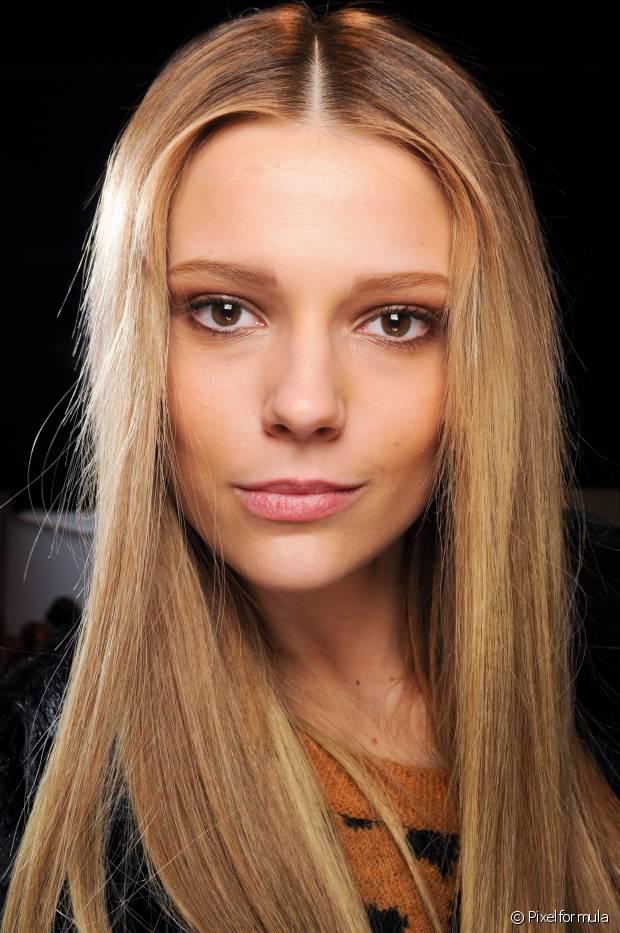 Se você é adepta da chapinha, saiba que a primeira regra é proteger os cabelos do calor do aparelho com um produto termoativado para evitar o ressecamento e o efeito espigado