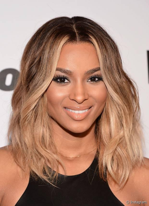 A cantora Ciara adora o truque de deixar raiz escura para a coloração parecer mais natural. Inclusive, a famosa já apostou nessa tendência até com os fios platinados!