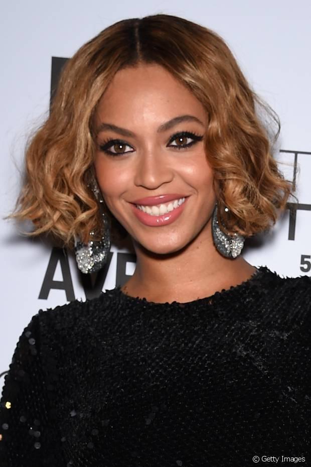 Beyoncé já usou o cabelo loiro escuro com a raiz um pouco mais escura, deixando a coloração mais natural