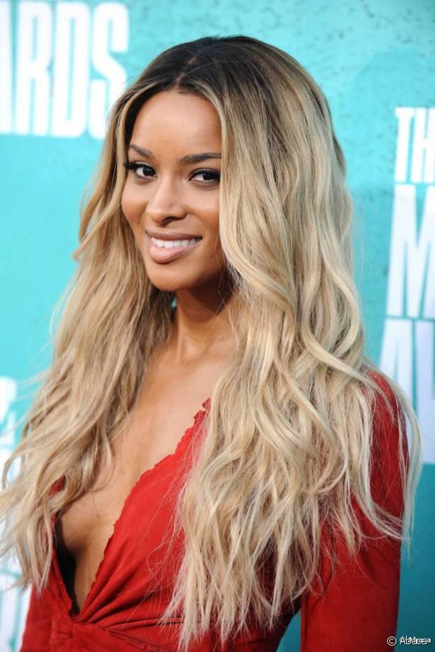 A cantora Ciara misturou o tom quase branco de suas madeixas com uma raiz bem escura na parte de cima e o resultado é puro estilo