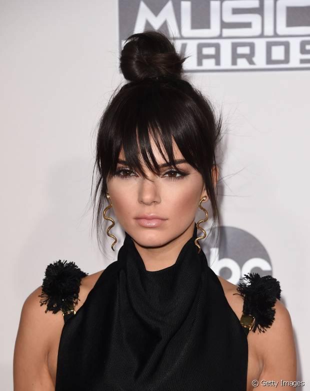 Se você curte um estilo mais jovial e despojado, pode fazer como Kendall Jenner e deixar alguns mechas soltas na frente do rosto ou investir na franja curta e charmosa