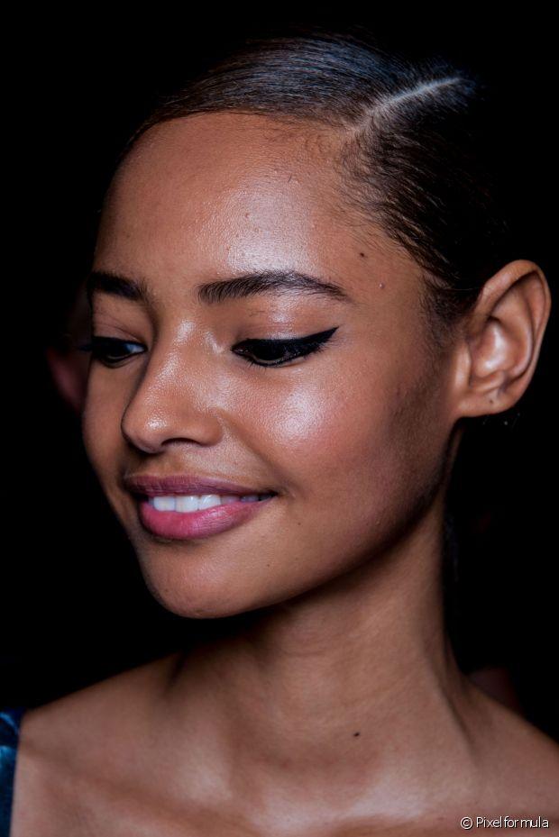 Tudo isso é possível porque o primer cria uma espécie de filme protetor transparente sobre a pele, fechando todos os poros e impedindo que a oleosidade entre em contato com a maquiagem