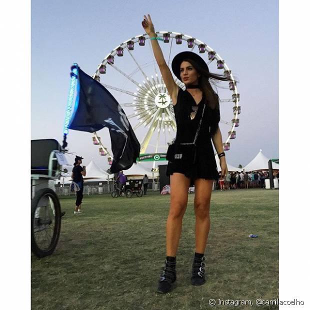 A blogueira Camila Coelho combinou botinhas pretas com um modelito da mesma cor para curtir o Coachella