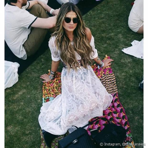 A blogueira Thássia Naves alongou os fios e optou por um vestido branco longo transparente e uma hot pants preta por baixo