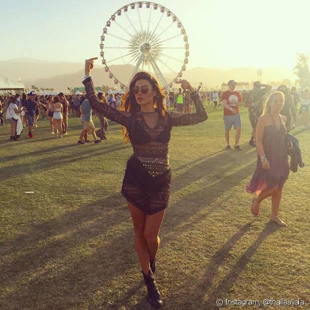 Thaila Ayala escolheu um look transparente com uma hot pants por baixo para curtir o Coachella