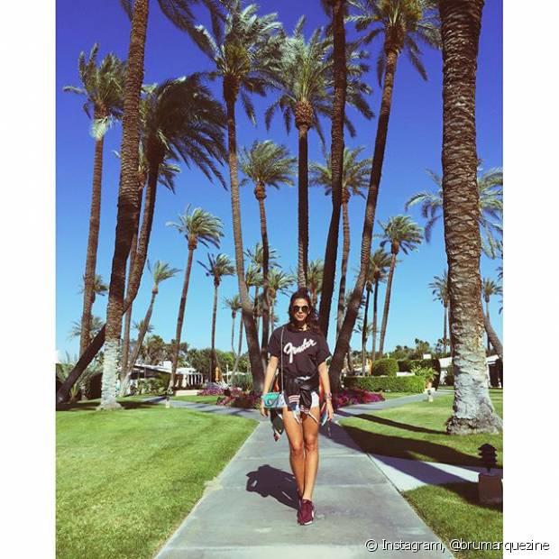 Bruna Marquezine foi de shortinho jeans no primeiro dia do Coachella e completou o look com uma t-shirt e tênis casual