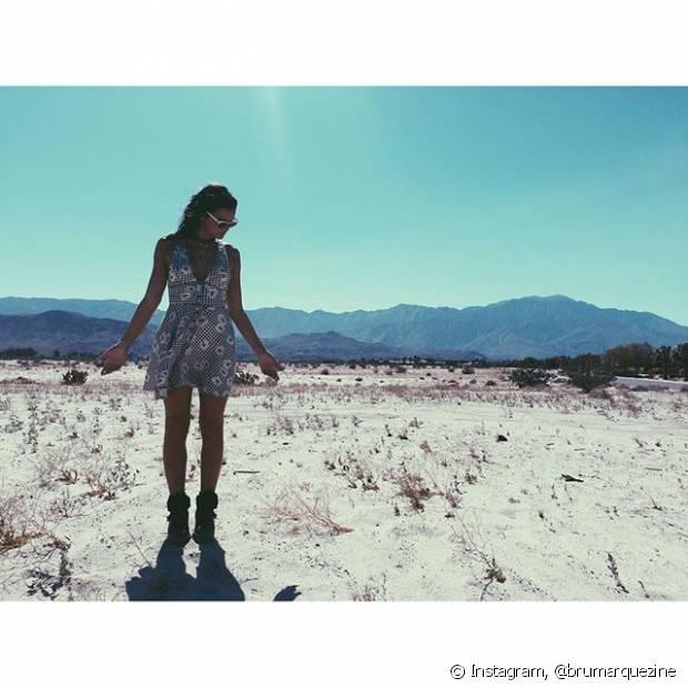 Bruna Marquezine optou por um vestido com estampa floral e botinhas para o Coachella