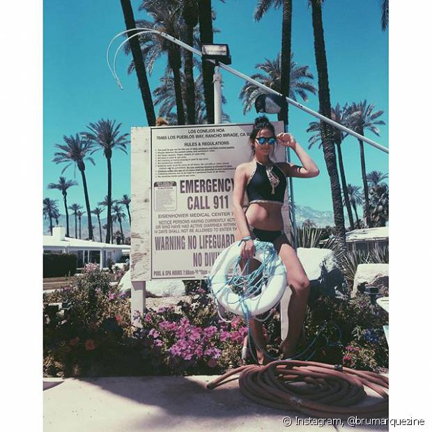 Antes de ir para o Coachella, Bruna Marquezine curtiu piscina com amigos