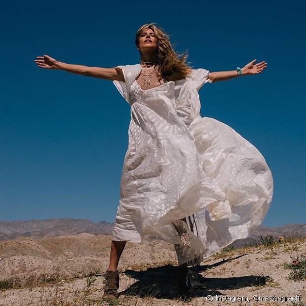 A blogueira Martha Graeff curtiu um dos dias do Coachella com um vestido longo branco da estilista Helo Rocha