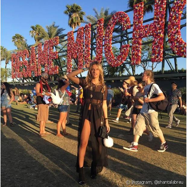 Em um outro dia de Coachella, Shantal Abreu foi com uma camisa com fenda frontal transparente, top e hot pants