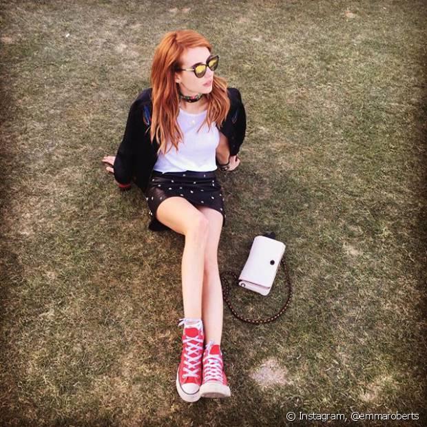 A atriz Emma Roberts apostou no all star vermelho para curtir o Coachella com muito conforto
