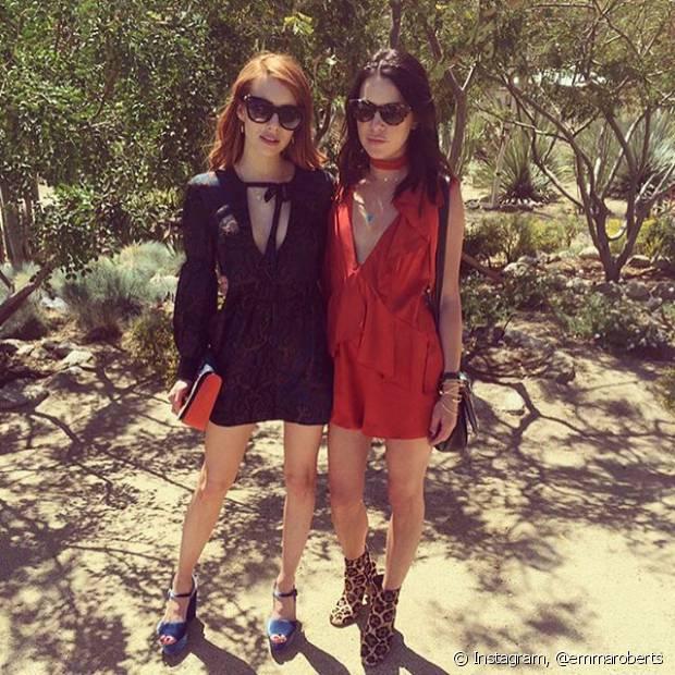 Emma Roberts também investiu em um vestido preto decotado para o Coachella