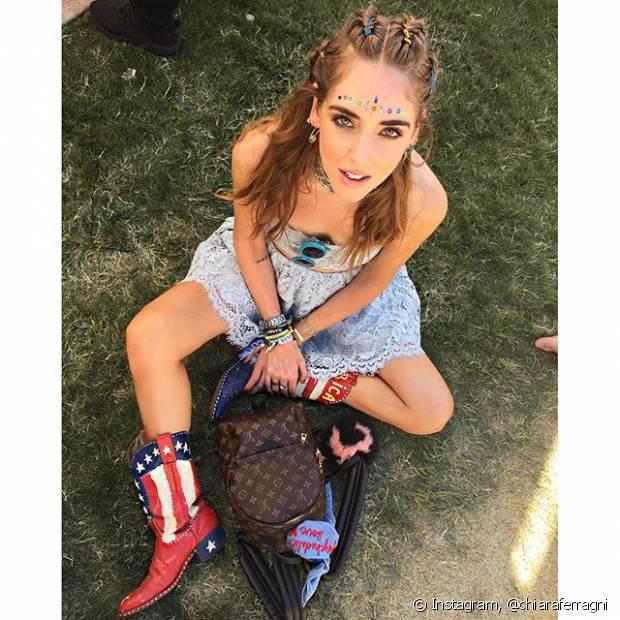 A blogueira Chiara Ferragni fez tranças na raiz do cabelo e deixou o resto dos fios soltos para curtir o Coachella