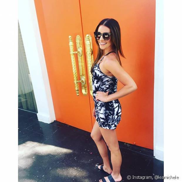 Lea Michele escolheu um macacão estampado para curtir o Coachella