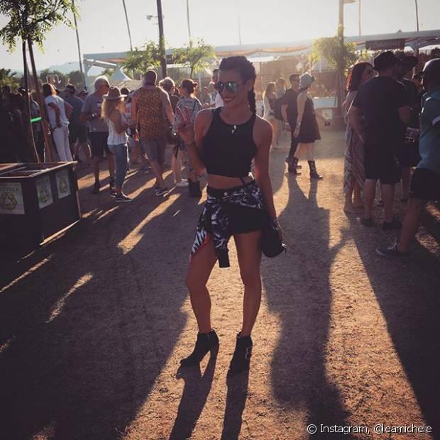 Lea Michele também foi com um top preto, short e casaco amarrado na cintura
