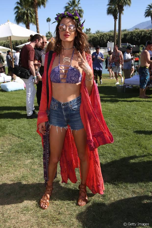 A modelo Alessandra Ambrósio usou um maxikimono para deixar o seu visual bem no estilo boho, no Coachella